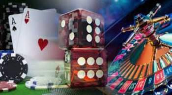 Flyvende terninger og pokerchips over roulettebord